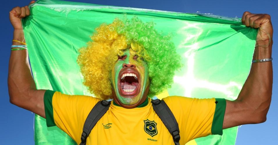 Torcedor exibe confiança na vitória do Brasil contra o Chile no lado de fora do Mineirão