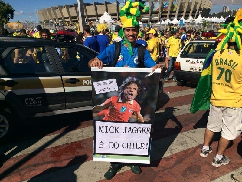 Torcedor leva cartaz do 'pé-frio' Mick Jagger ao Mineirão para o jogo do Brasil contra o Chile