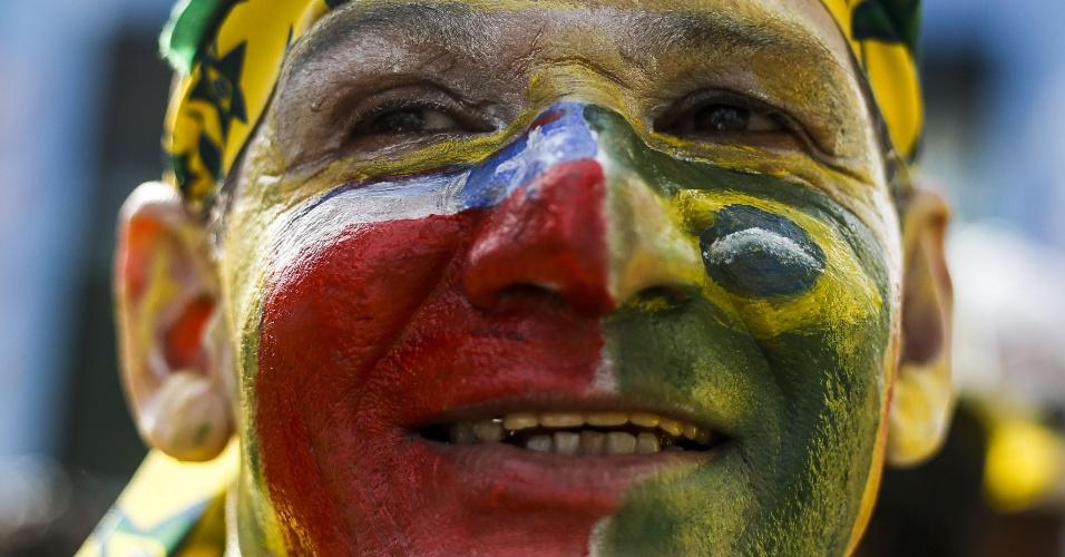 Torcedor pintado com as cores de Brasil e Chile assiste ao jogo na Fan Fest de São Paulo, no Anhangabaú