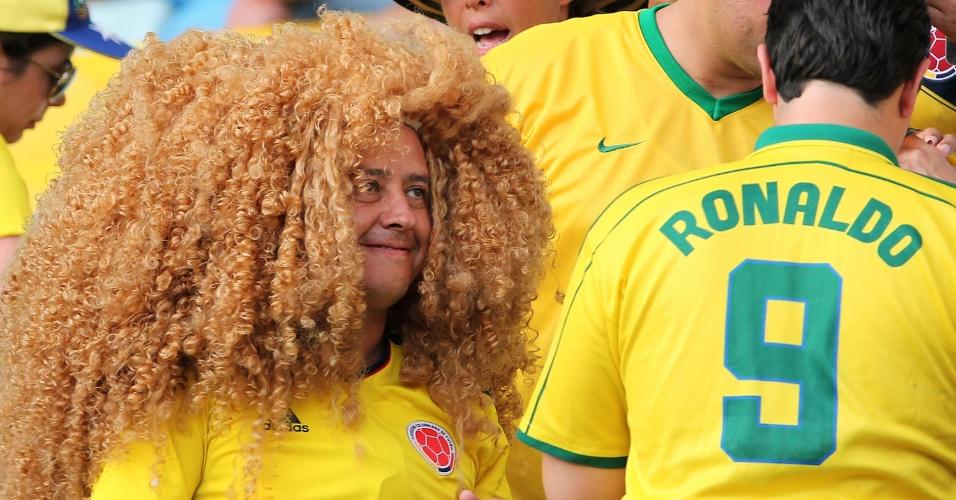 Torcedor usa peruca do ídolo colombiano Valderrama no Maracanã para o jogo contra o Uruguai pelas oitavas de final da Copa do Mundo