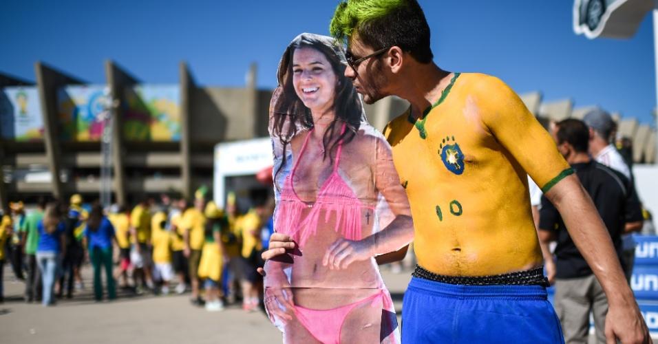 Torcedor vai ao Mineirão exibindo cartaz com imagem de Bruna Marquezine, namorada de Neymar
