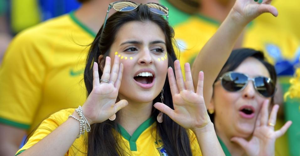 Torcedora aguarda início de jogo contra o Chile no Mineirão