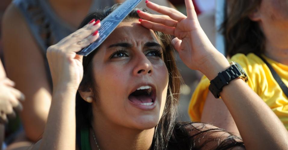 Torcedora assiste ao jogo entre Brasil e Chile na Fan Fest de Copacabana