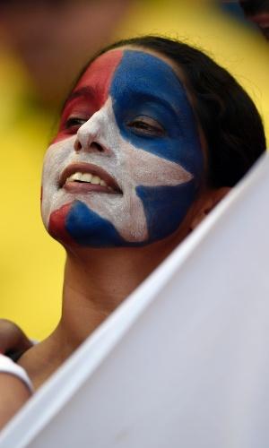 Torcedora do Chile assiste ao jogo contra o Brasil no Mineirão