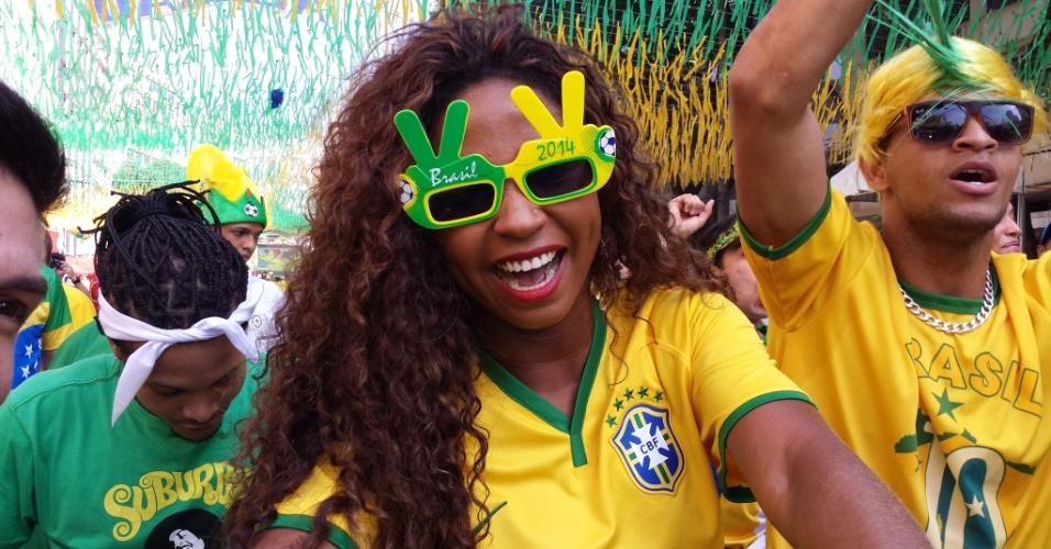 Torcedora faz a festa antes do jogo entre Brasil e Chile. Rua do Alzirão foi o local escolhido por diversos aficionados