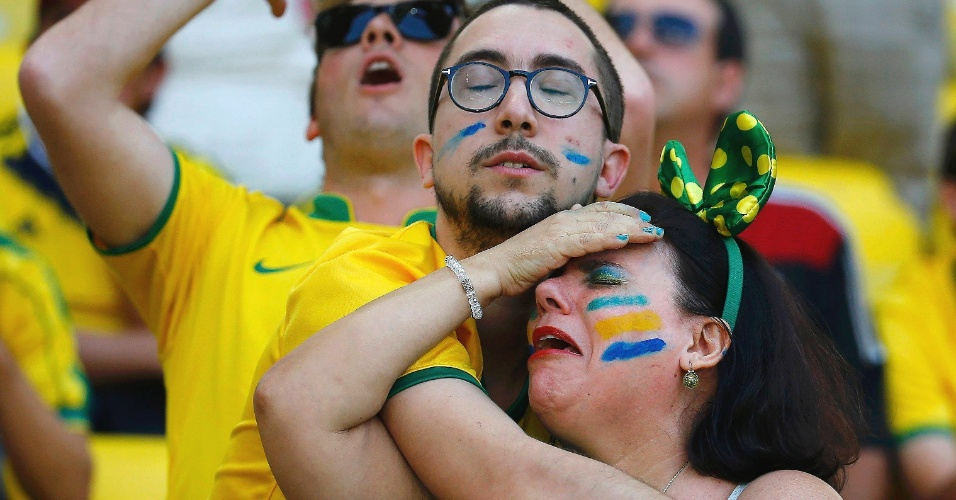 Torcedora sofre no Mineirão, durante a vitória do Brasil sobre o Chile