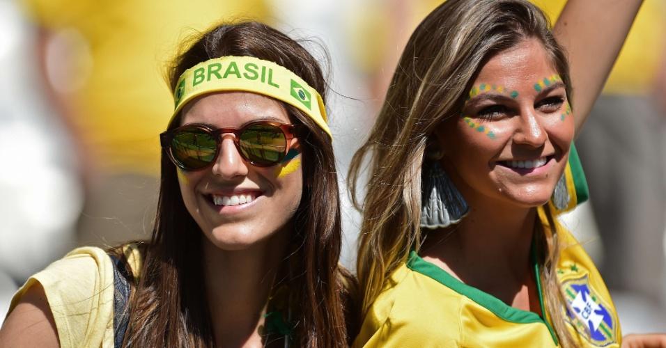 Torcedoras brasileiras na arquibancada do Mineirão antes do jogo contra o Chile
