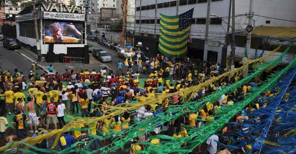 Torcedores acompanha o jogo Brasil x Chile em telão no bairro do Bixiga, em São Paulo