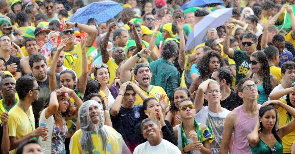 Torcedores assistem ao jogo do Brasil contra o Chile na Fan Fest de Salvador