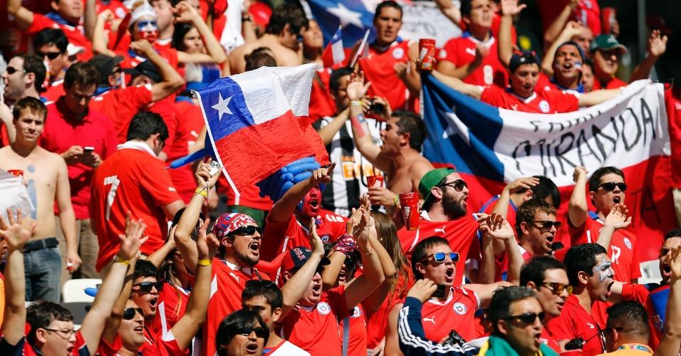 Torcedores chilenos fazem a festa na arquibancada do Mineirão antes da partida contra o Brasil