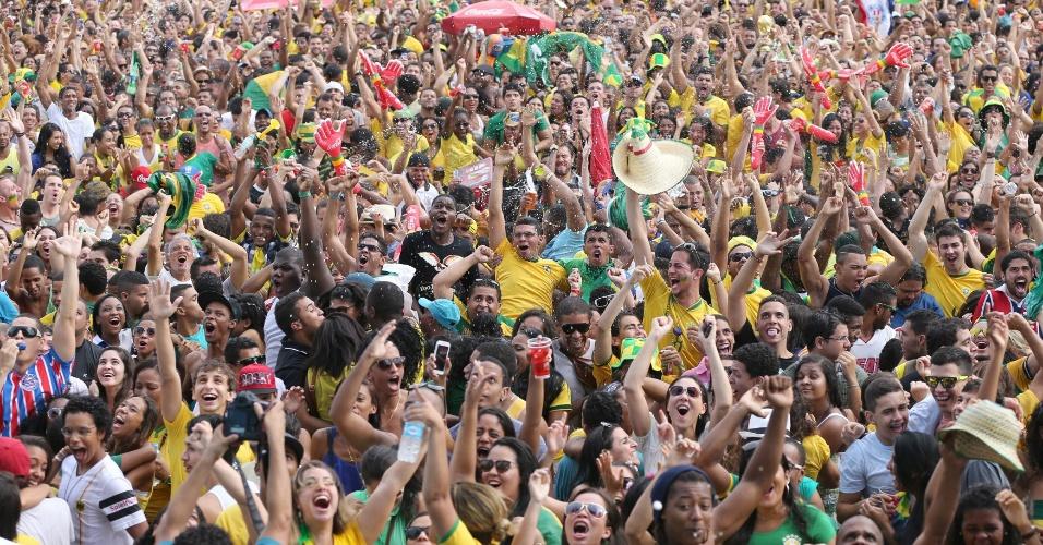 Torcedores comemoram classificação do Brasil às quartas de final na Fan Fest de Salvador