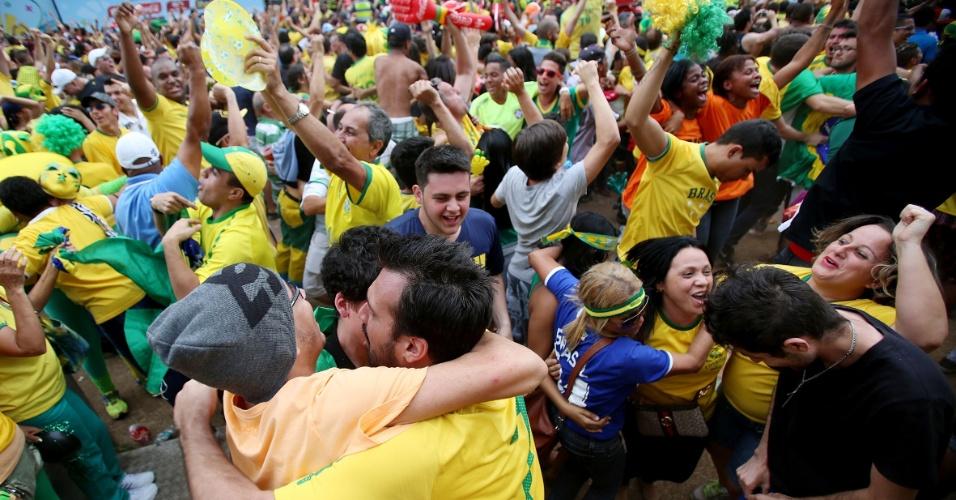Torcedores comemoram classificação do Brasil na Fan Fest de São Paulo, no Vale do Anhangabaú