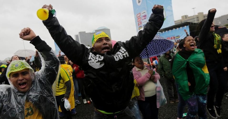 Torcedores comemoram gol do Brasil diante do Chile, em Fan Fest de Porto Alegre