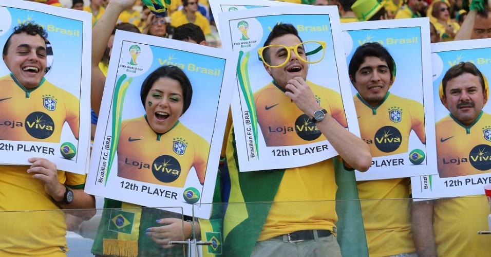 Torcedores do Brasil viram 'figurinhas' antes de jogo contra a seleção do Chile no Mineirão
