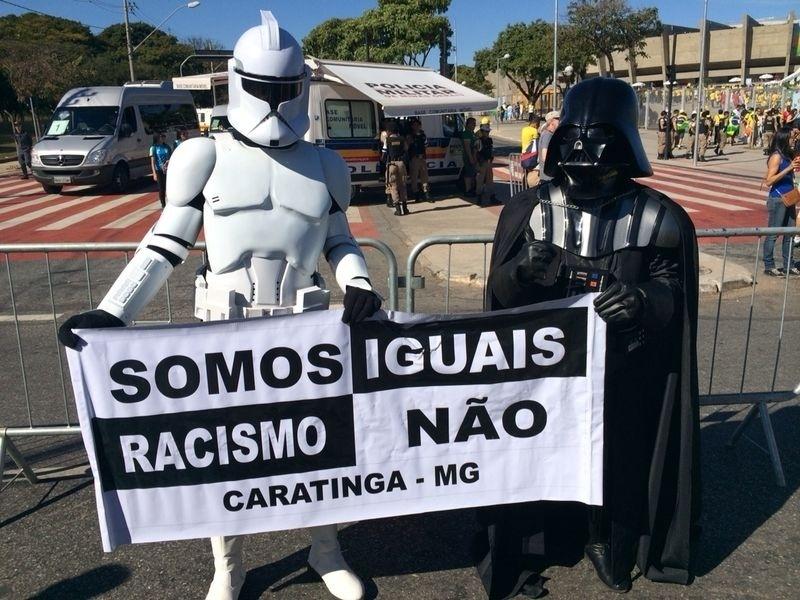 Torcedores fantasiados chegam ao Mineirão para Brasil e Chile e fazem campanha contra o racismo