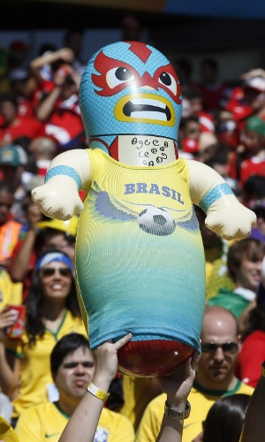 Torcedores levam boneco ao Mineirão para o jogo contra o Chile, pelas oitavas de final