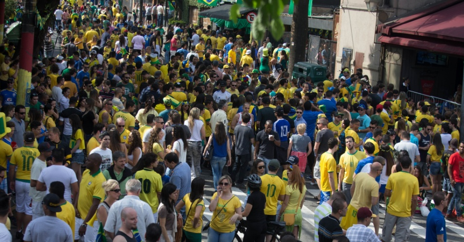 Torcedores lotam a Vila Madalena para acompanhar o jogo entre Brasil e Chile