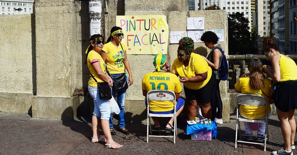 Torcedores não foram para a Fan Fest de São Paulo antes de pintarem a cara com as cores do Brasil