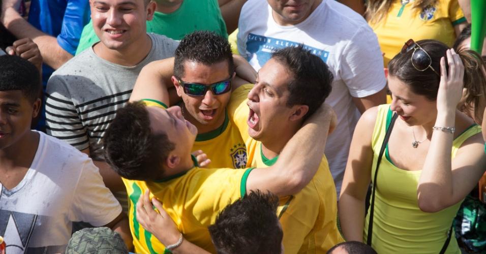 Torcedores que assistiam ao jogo na Vila Madalena comemoram gol do Brasil sobre o Chile
