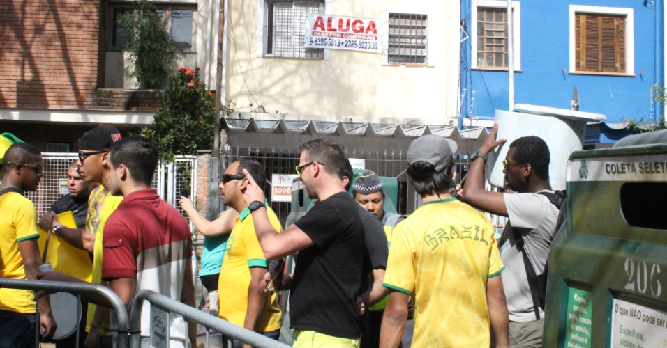 Torcedores se reúnem na Vila Madalena para assistir ao jogo do Brasil contra o Chile