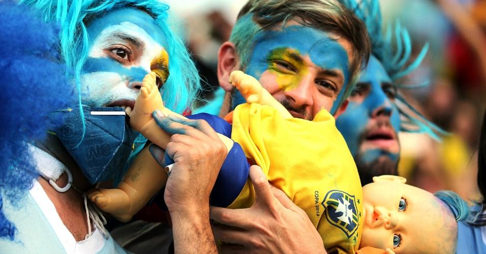 Torcedores uruguaios mordem boneca com a camisa do Brasil no Maracanã durante jogo entre Colômbia e Uruguai