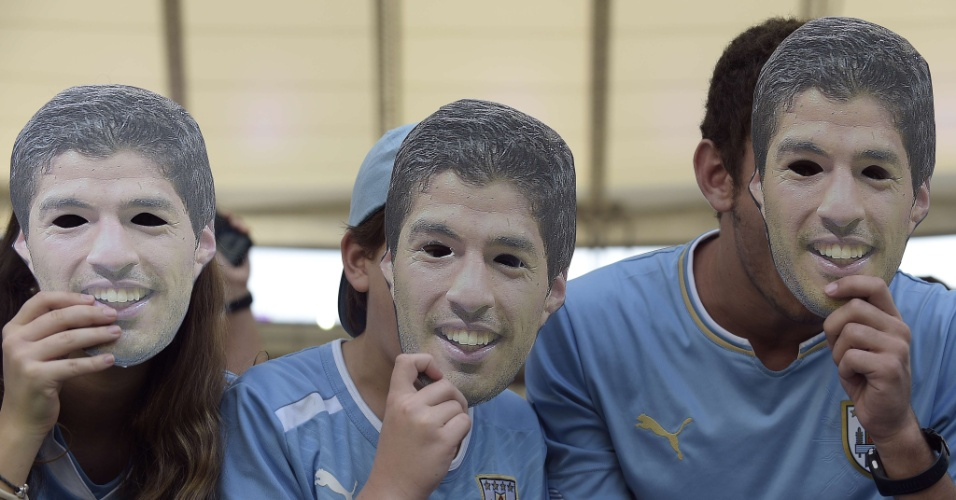 Torcedores uruguaios vão ao Maracanã com máscaras do atacante Luis Suárez para jogo contra a Colômbia