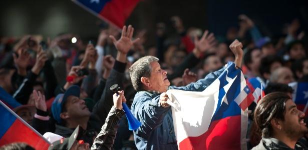 Torcedores assistem jogo do Chile em praça de Santiago