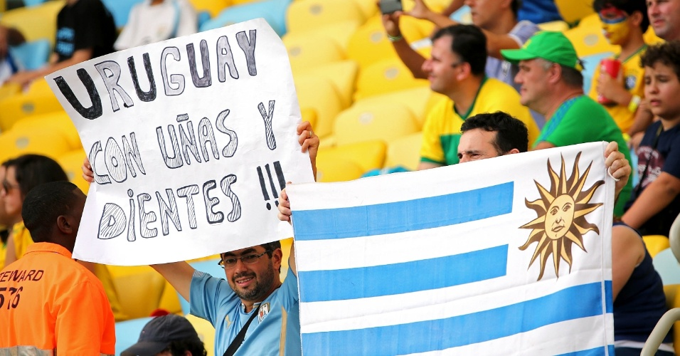"""""""Uruguai com unhas e dentes"""" diz cartaz levado por torcedor uruguaio ao Maracanã"""