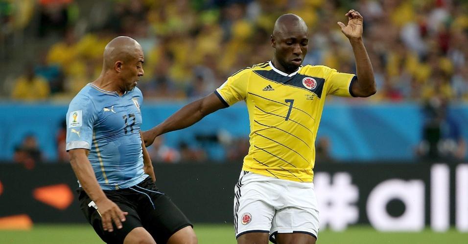 Uruguaio Arevalo tenta desarmar Pablo Armero durante jogo entre Uruguai x Colômbia