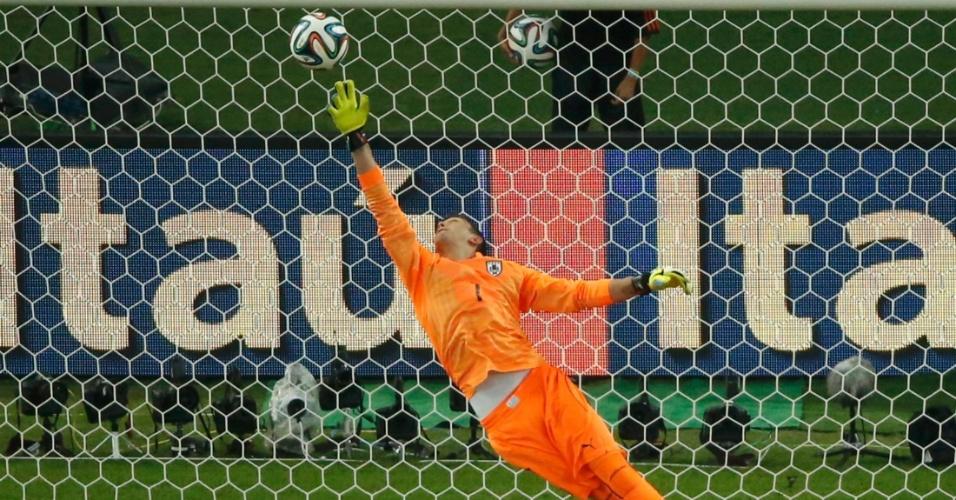Uruguaio Muslera se estica, mas não consegue evitar golaço do colombiano James Rodriguez