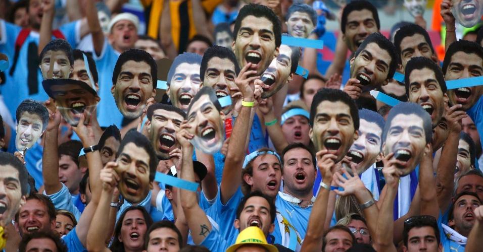 Uruguaios fazem festa e exibem máscaras de Luis Suárez durante jogo contra a Colômbia