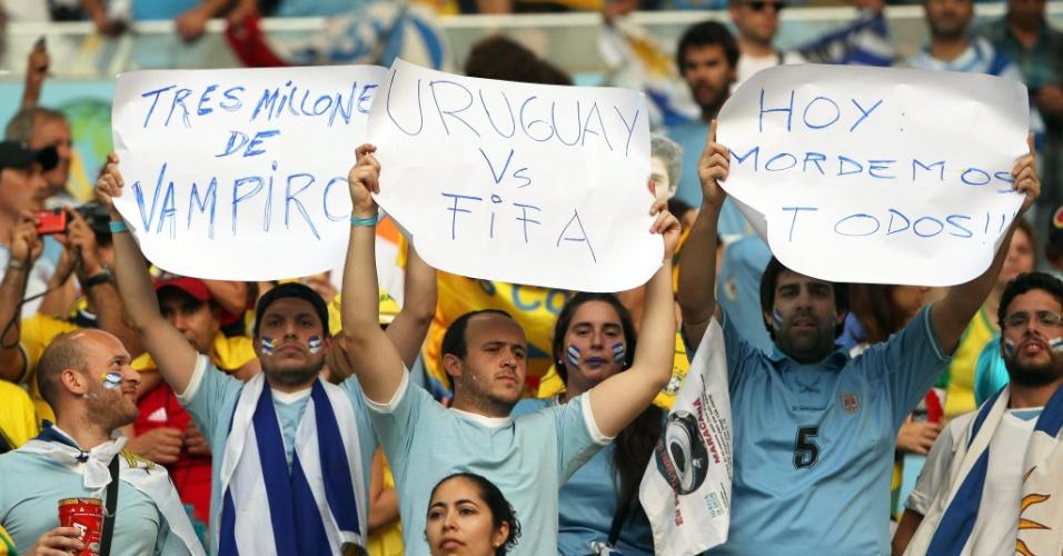 """Uruguaios levam cartazes contra a Fifa ao Maracanã e dizem que são """"três milhões de vampiros"""""""