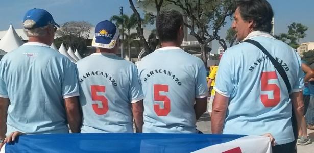 Uruguaios vestem camiseta alusiva ao Maracanazo da Copa de 1950