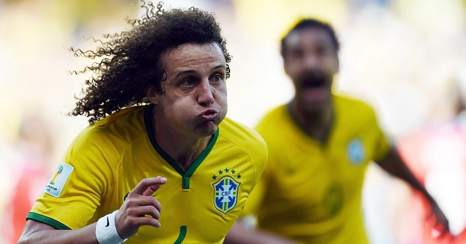 Zagueiro David Luiz faz careta para comemorar o gol que abriu o marcador contra o Chile, no Mineirão
