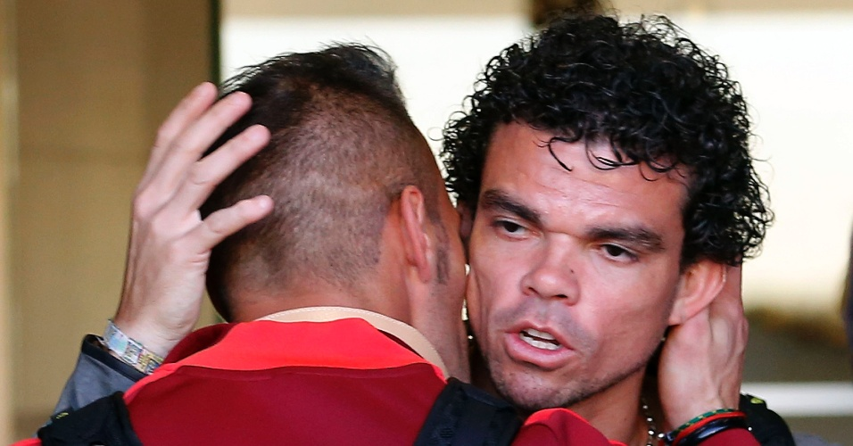 Zagueiro Pepe recebe abraço de goleiro Beto em retorno da seleção de Portugal a Lisboa