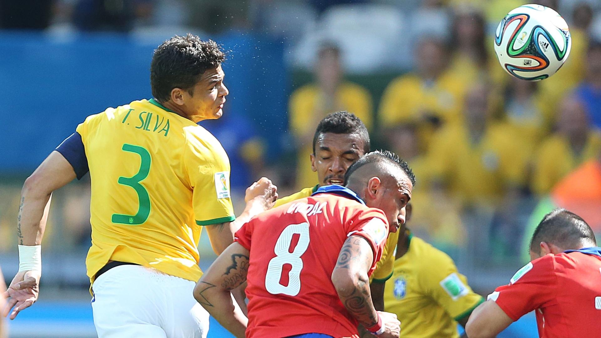 Zagueiro Thiago Silva tira a bola de cabeça na partida contra o Chile, no Mineirão
