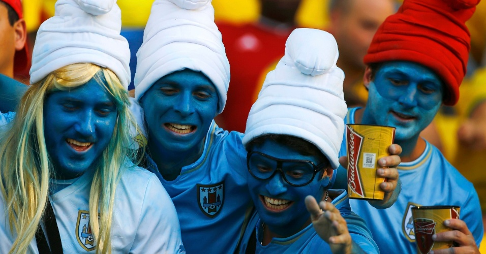 28.jun.2014 - O Maracanã recebeu alguns Smurfs uruguaios, mas eles não contavam com a aparição de James 'Gargamel' Rodríguez...