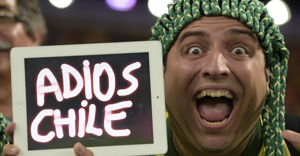 28.jun.2014 - Torcedor brasileiro manda seu recado aos chilenos após a dramática decisão por pênaltis no Mineirão