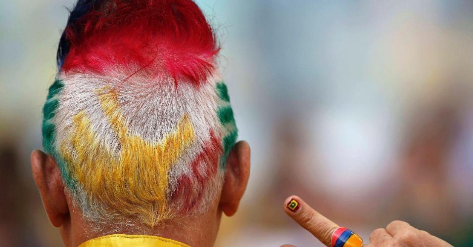 28.jun.2014 - Torcedor da Colômbia pintou o cabelo só para acompanhar a partida contra o Uruguai
