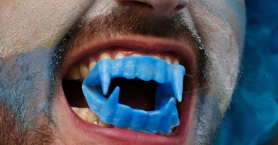 28.jun.2014 - Um vampiro à luz do dia? Não, um torcedor do Uruguai que resolveu 'homenagear' Luis Suárez, o 'canibal' da Copa