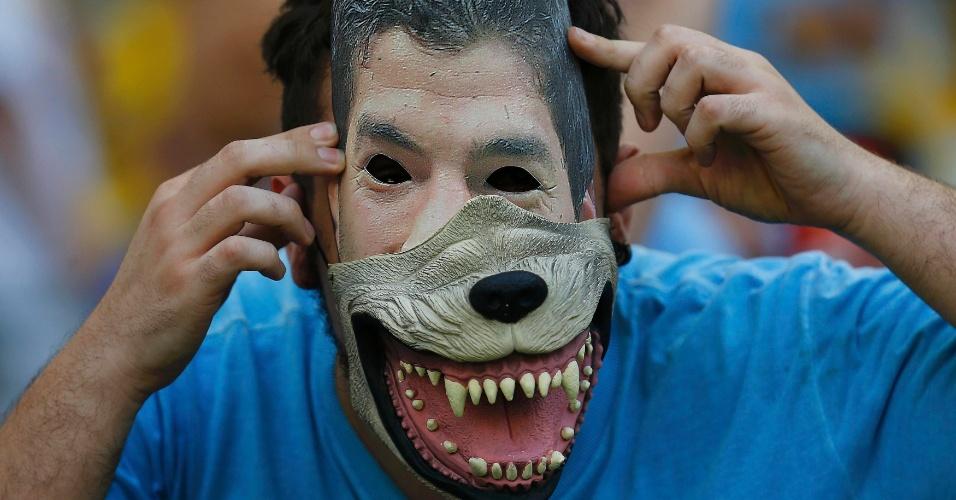 28.jun.2014 - Who let the dogs out? Luis 'Pitbull' Suárez também deu as caras, ou melhor, a mordida, no Maracanã para acompanhar o j
