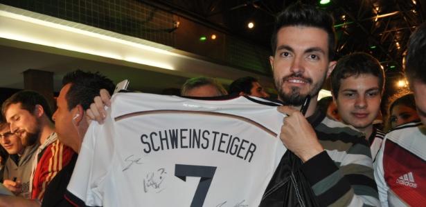 João Paulo Schuch esperou desde as 21h por autógrafos alemães e conseguiu vários