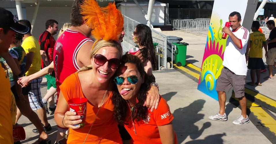 29.06.14 - Holandesas deixam arquibancadas do Castelão por causa do calor no jogo contra o México