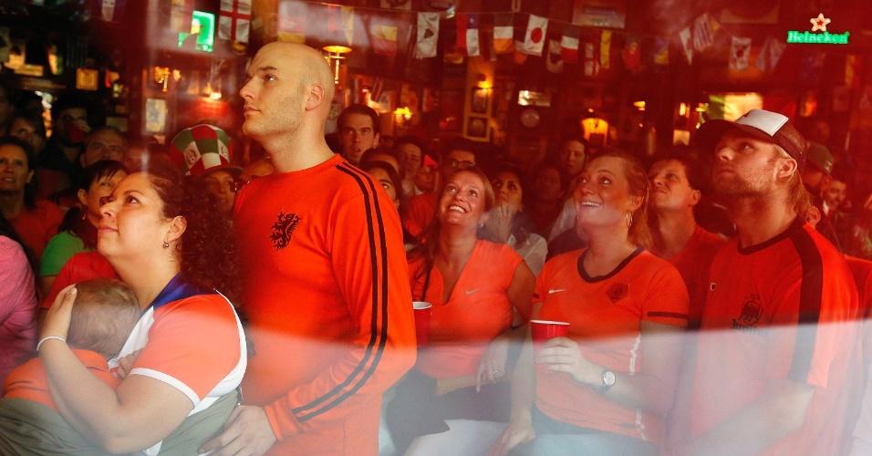 29.06.2014 - Torcedores da Holanda acompanham a partida das oitavas de final na Cidade do México