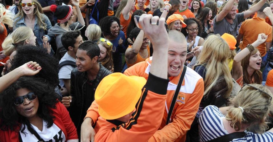 29.06.2014 - Torcedores da Holanda vibram após vitória nas oitavas de final em Amsterdã