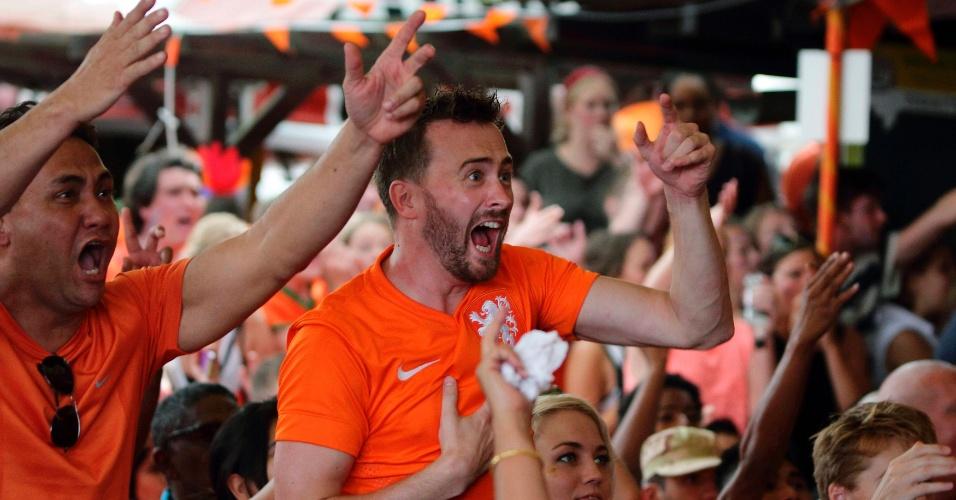 29.06.2014 - Torcedores da Holanda vibram após vitória nas oitavas de final na capital do Suriname