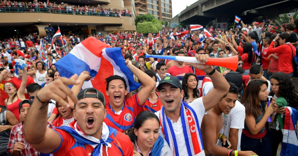 29.jun.2014 - Costarriquenhos comemoram classificação inédita para as quartas de final da Copa do Mundo na capital San José