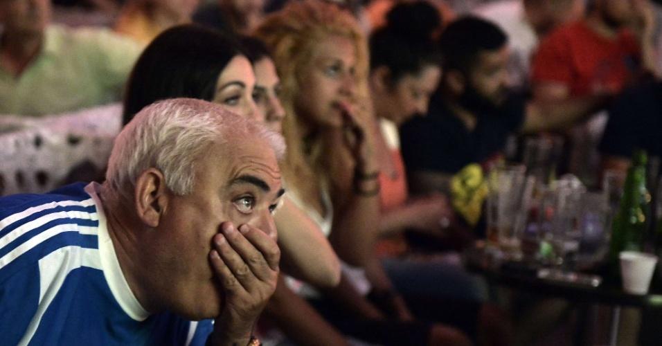 29.jun.2014 - Em Atenas, grego lamenta pênalti desperdiçado contra Costa Rica pelas oitavas de final da Copa do Mundo