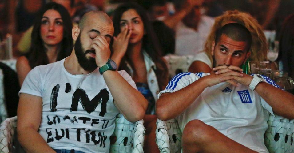 29.jun.2014 - Em Atenas, gregos reagem ao pênalti desperdiçado por Gekas pelas oitavas de final da Copa do Mundo contra a Costa Rica