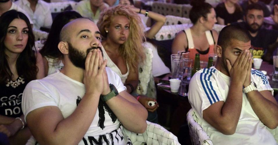 29.jun.2014 - Gregos mostram angústia durante disputa de pênaltis entre Grécia e Costa Rica pelas oitavas de final da Copa do Mundo